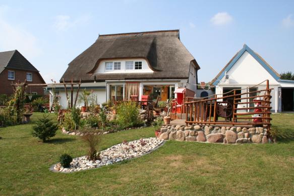 """Die Wohnungen in Putbus-Kasnevitz befinden sich im Biosphärenreservat Südostrügen in unserem Reetgedeckten Landhaus """"Inselidyll"""" im Dachgeschoss und erstrecken sich über 2 Etagen.Jede Wohnung verfügt"""